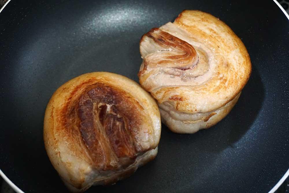 豚バラ肉を焼く