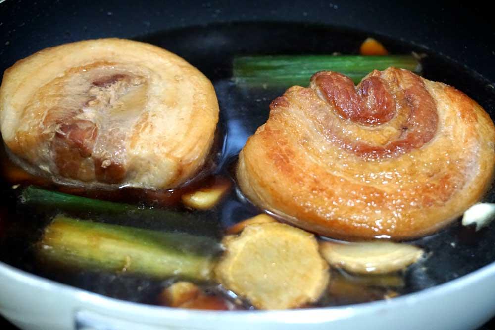 豚バラ肉を煮込む